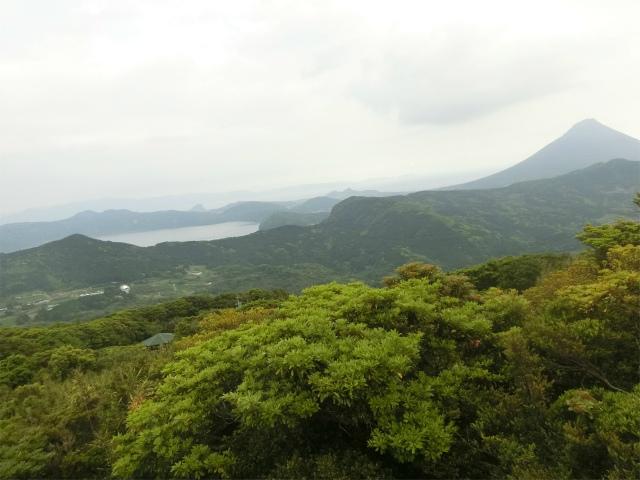 大野岳からの開聞岳と池田湖です。