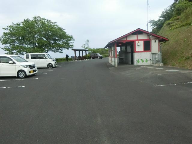 大野岳山頂の駐車場とトイレです。