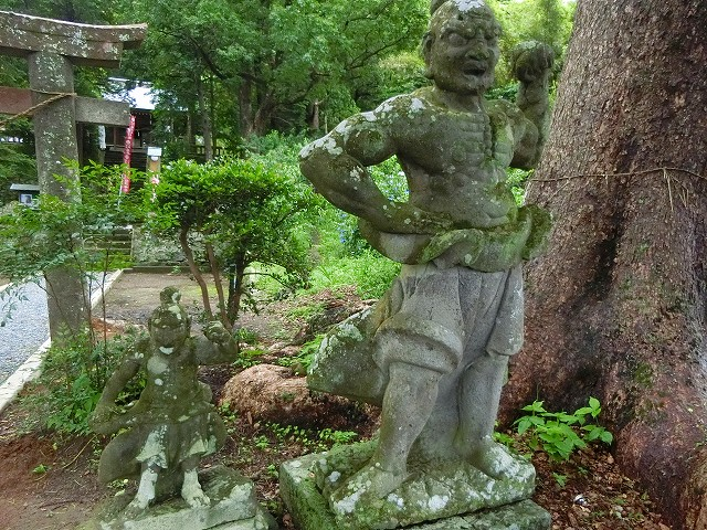 稲荷神社の仁王像はほとんど無傷です。