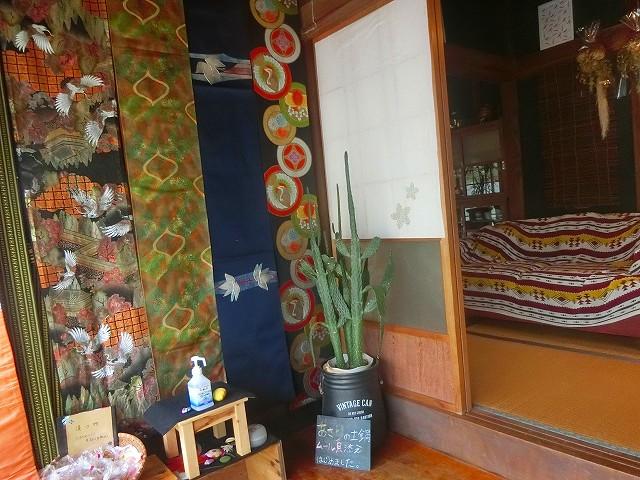 ウラカフェの玄関は和風の雰囲気ですね。