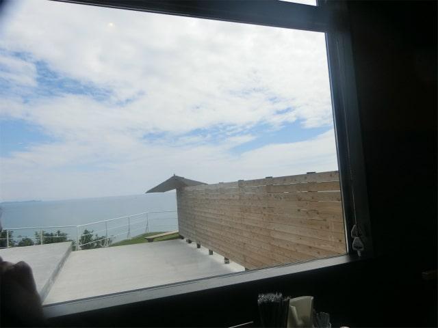 窓の外には東シナ海の青い海があります。