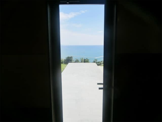ストップバイの窓から海が見えます。
