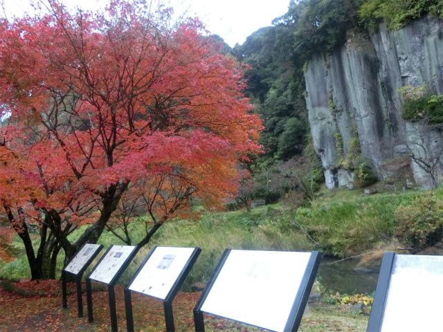 清水磨崖仏の前に案内があります。