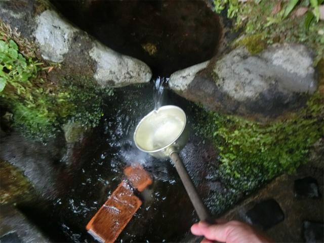 柄杓で頂いた清魂水は冷たくて美味しかった。