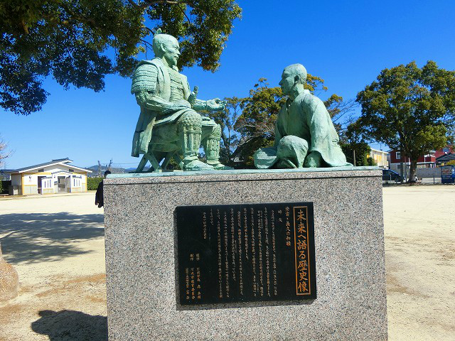 泰平寺公園には豊臣秀吉と島津義久の像がある