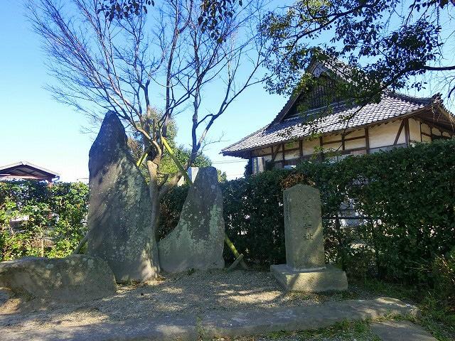 泰平寺の前に和睦石があります。