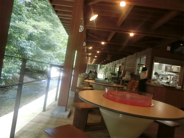 川沿いのテーブルと厨房です。