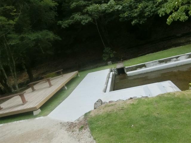 川の水を引いた浅いプールです。