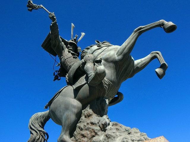 島津義弘公の騎馬像は絶好の撮影スポットです。