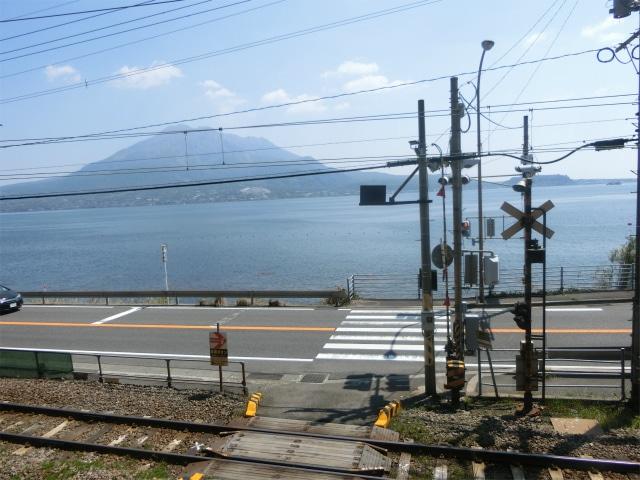 ここから沖に行った夜の錦江湾に入水しました。