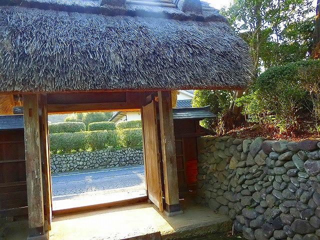 入来麓では丸い玉石を使った玉石垣があります。