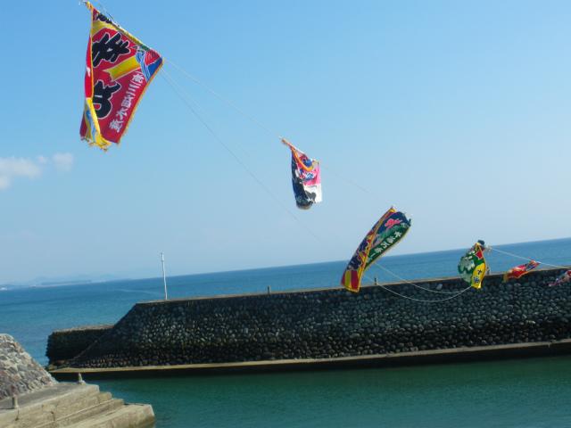 羽島中浜港には藩政時代に造った玉石堤防が残る。