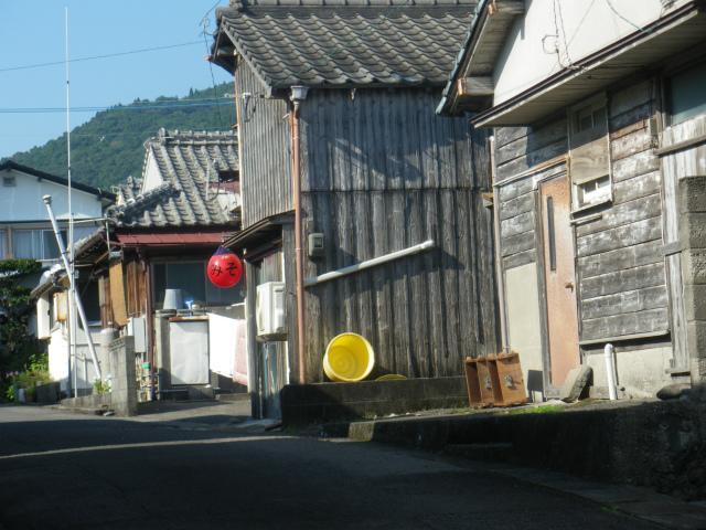 古い民家が並ぶ羽島の町並みです。