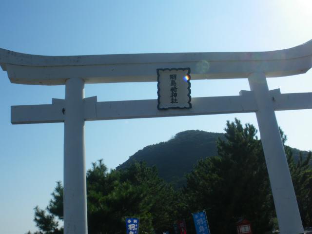 羽島に鎮座する羽島崎神社は真っ白な鳥居です。