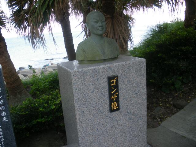 ゴンザ神社にはゴンザの像もあります。