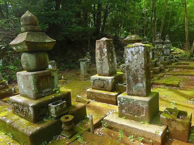 喜入旧麓を治めた肝付家歴代の墓所です。